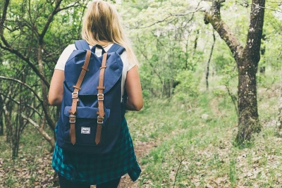 Wandern mit Rucksack im Wald
