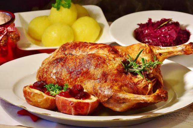 Weihnachtsfeier Essen mit knuspriger Ente