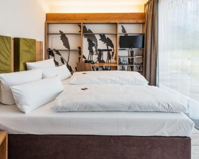Ein Zimmer mit großem Panorama-Fenster