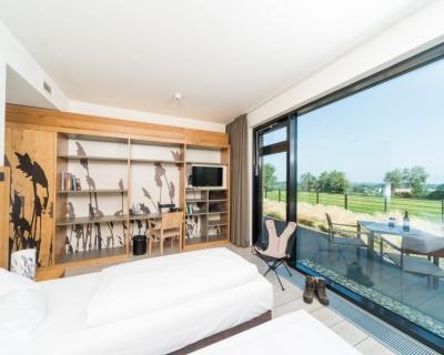 Hotelzimmer mit großem Panorama-Fenster